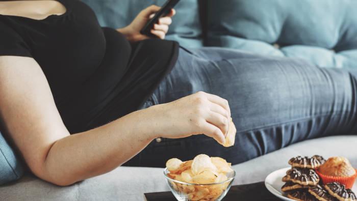 angenehmer Lebensstil auf dem Sofa mit Snacks