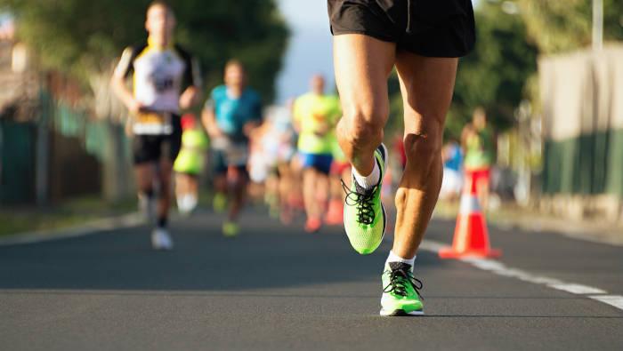 ehrgeizige Freizeitsportler laufen einen Wettkampf